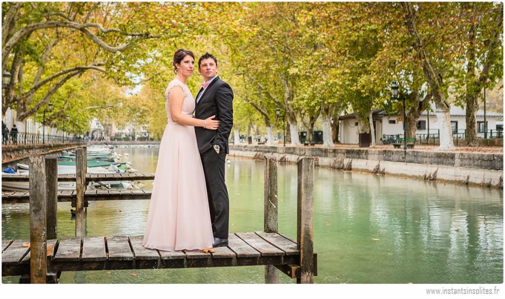 Couple de mariés prenant la pose à Annecy